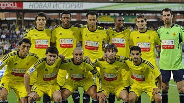 Equipe do Anzhi, com Roberto Carlos (Foto: Divulgação)