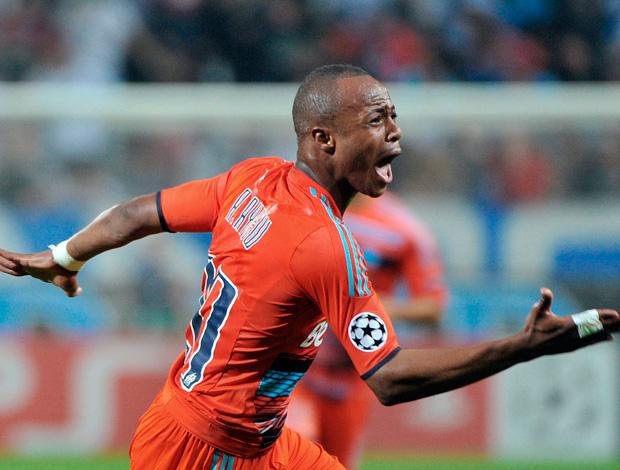 Ayew comemora gol do  marselha sobre o borussia (Foto: AFP)
