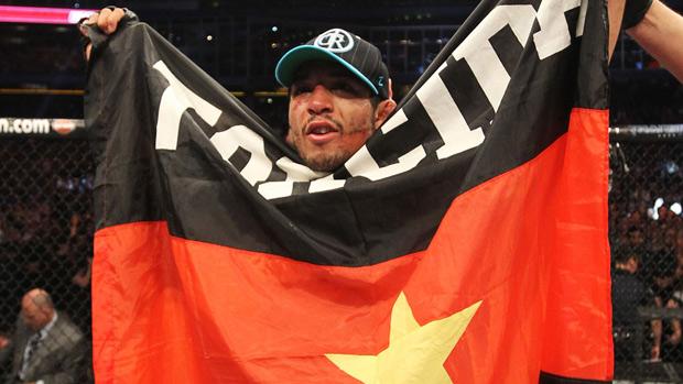 José Aldo com bandeira do Flamengo no UFC 129 (Foto: Divulgação/UFC)