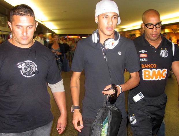 neymar santos desembarque aeroporto  (Foto: Wagner Eufrosino / Globoesporte.com)