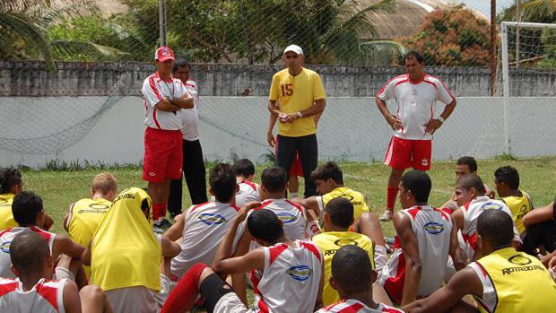 Ramiro passa as últimas informações no treino do Auto antes do jogo contra o Sousa (Foto: Renata Vasconcellos)