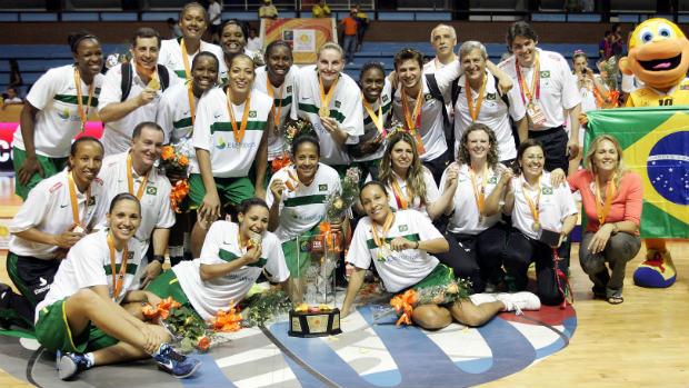 Seleção brasileira posa com troféu e medalhas da Copa América de Basquete (Foto: agência EFE)