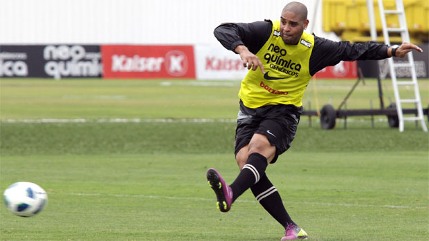 Adriano no treino do Corinthians (Foto: Luis Moura/Agência Estado)