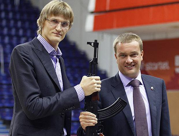 Andrei Kirilenko com uma AK-47 (Foto: Divulgação/Site Oficial do CSKA)
