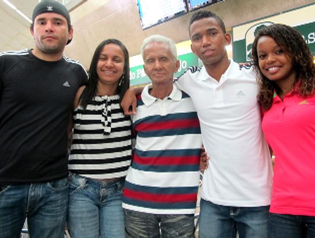Cidinho e família embarque seleção brasileira (Foto: Gustavo Rotstein / Globoesporte.com)