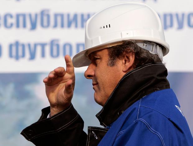 Platini de operário em cerimonia hoje em Minsk, na Bielorrussia (Foto: Reuters)