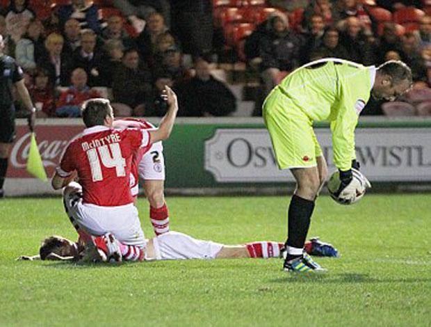 Jogador sofre pancada na cabeça em jogo na inglaterra (Foto: Divulgação/Dailymail.co.uk)