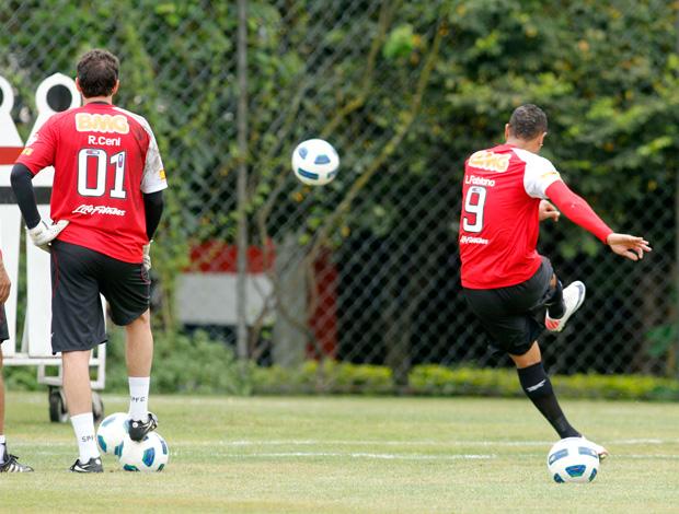 Rogerio Ceni e Luis Fabiano treinam faltas no São Paulo (Foto: Agência Lance)