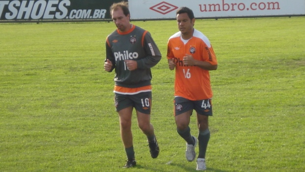 Paulo Baier e Marcinho, meias do Atlético-PR (Foto: Fernando Freire/Globoesporte.com)