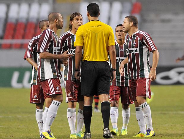 Jogadores árbitro  Fluminense x Flamengo (Foto: Photocâmera)