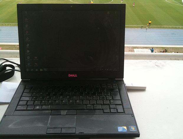laptop sujo Engenhão (Foto: Cahê Mota / Globoesporte.com)