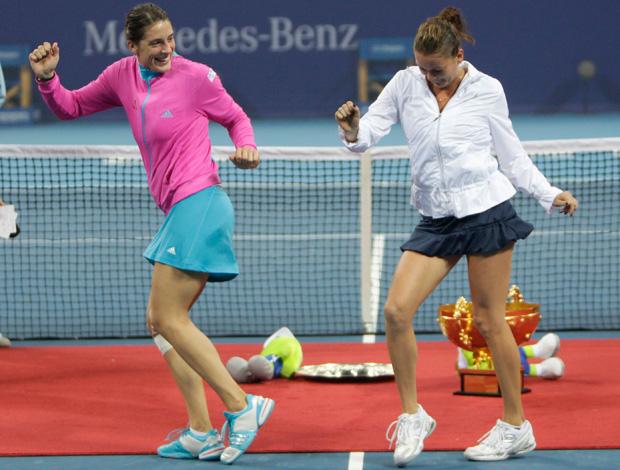 Tenis - Agnieszka Radwanska e Andrea Petkovic dançam na final do WTA de Pequim (Foto: Reuters)