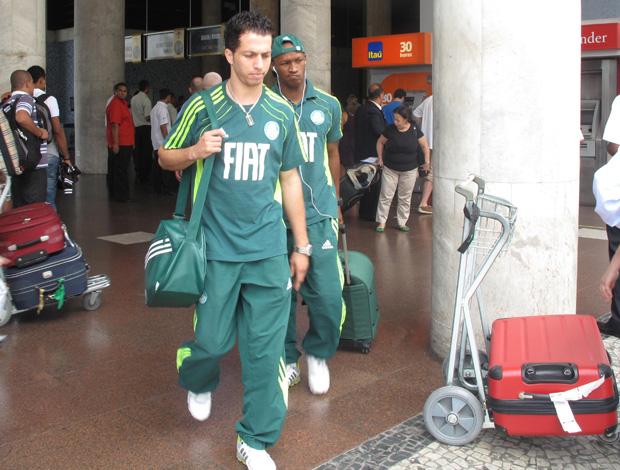 Cicinho no desembarque do Palmeiras (Foto: Fabio Leme/Globoesporte.com)