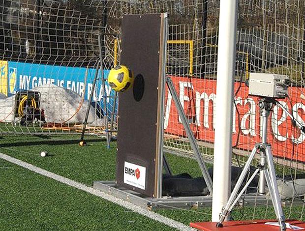 Chip para indicar se bola entrou ou não é testado de olho na Copa de 2014  77f9fec5fee0b