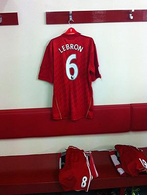 Camisa liverpool lebron james vestiário (Foto: Reprodução Twitter)
