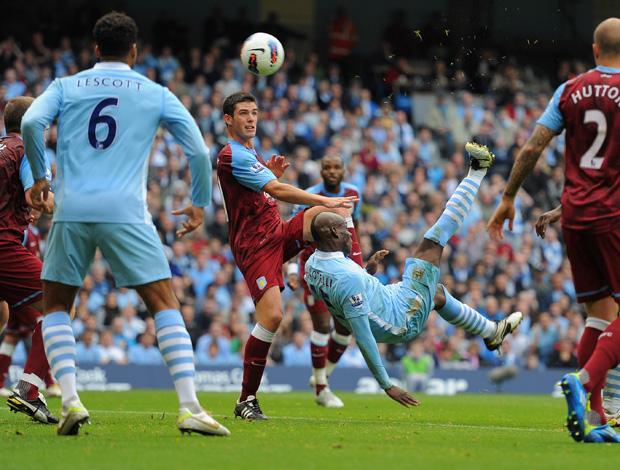 Balotelli chuta pra marcar gol do Manchester City sobre o Aston Villa (Foto: Getty Images)