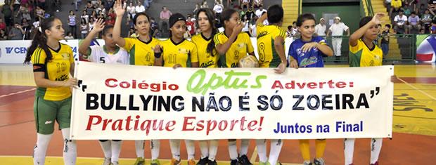 Meninas armam cartaz contra bullying (Foto: Marcus Aurélio/GLOBOESPORTE.COM)