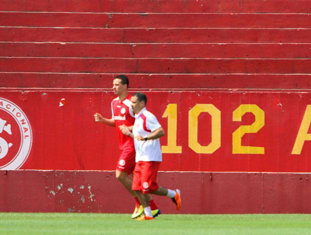 Leandro Damião no treino do Internacional (Foto: Marcos Nagelstein/Vipcomm)
