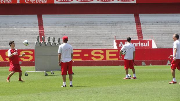 Oscar e Dorival Junior no treino do Internacional (Foto: Alexandre Alliatti/Globoesporte.com)