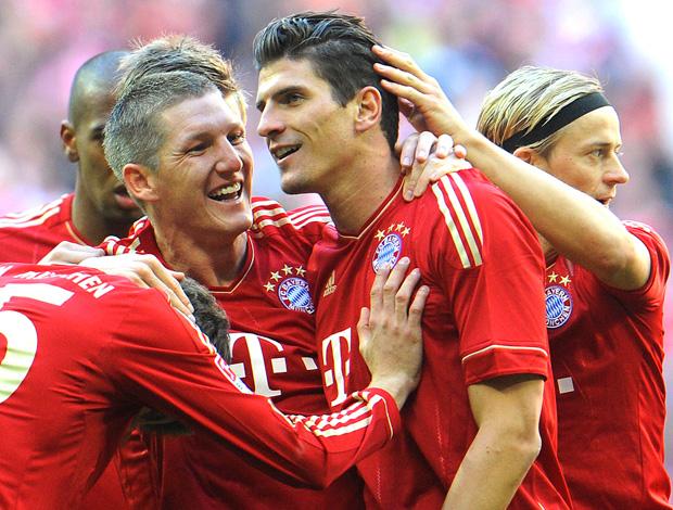 Schweinsteiger e Mario Gomez comemoram gol do Bayern de Munique sobre o Hertha Berlim (Foto: AFP)