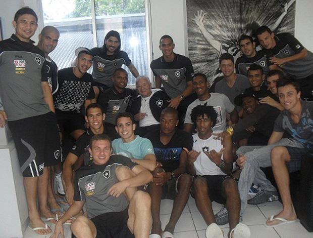 Jogadores do Botafogo com Nilton Santos (Foto: Divulgação/BFR)