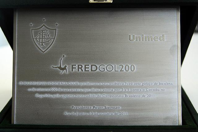 Fred ganha placa em homenagem ao golaço de bicicleta (Foto: Ralff Santos/FluminenseF.C.)