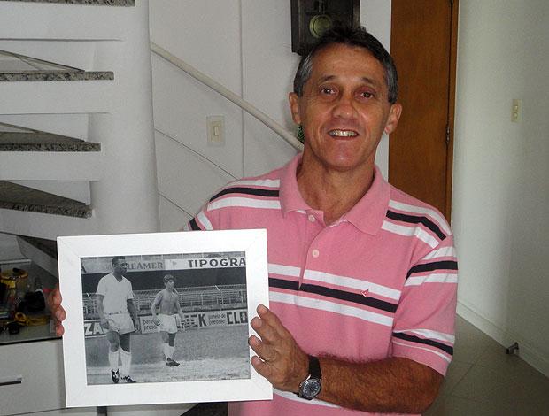 lembra dele osni: ex-jogador mostra foto que tirou com pele na vila belmiro (Foto: Raphael Carneiro/Globoesporte.com)