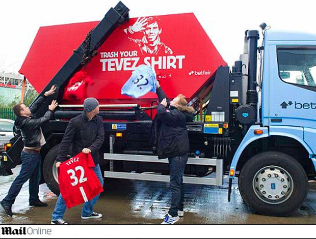 caminhão de lixo camisa tevez manchester city (Foto: Reprodução Daily Mail)