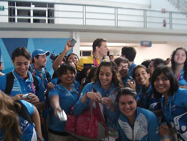 Cesar Cielo é cercado por voluntários do Pan (Foto: Gabriele Lomba / GLOBOESPORTE.COM)