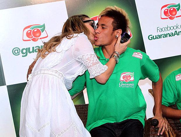 Neymar ganha beijo de claudia leitte durante evento foto photo rio
