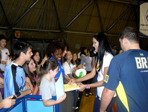 Jaqueline visita treino da seleção vôlei (Foto: Vicente Condorelli / CBV)