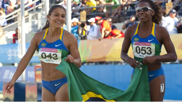 Comemoração dos atletas brasileiras no revezamento 4x100m no Pan de Guadalajara (Foto: Martin Bernetti/AFP)