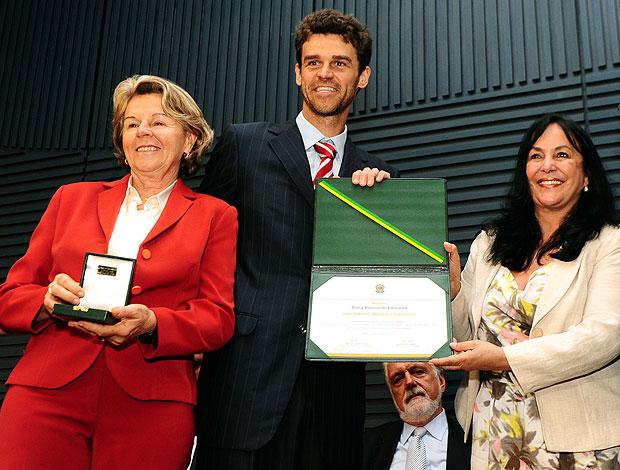 Gustavo Kuerten recebe prêmio internacional de 'Campeão pela Paz'