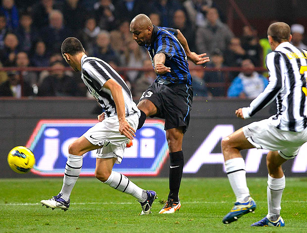 Maicon no jogo do Inter de Milão contra o Juventus (Foto: Reuters)