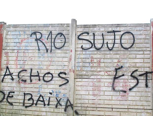 pichação com insultos a Ronaldinho em Porto Alegre (Foto: Janir Junior / GLOBOESPORTE.COM)