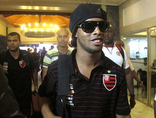 Ronaldinho chega em Porto Alegre com o Flamengo (Foto: Janir Junior / GLOBOESPORTE.COM)