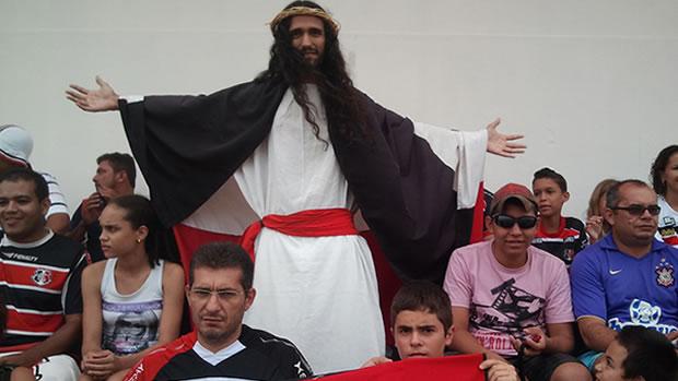 Estudante se veste de Jesus para acompanhar jogo em MT (Foto: Dhiego Maia)