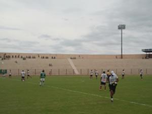 Em Cuiabá, Santa Cruz encontrou poucos torcedores em estádio (Foto: Dhiego Maia)