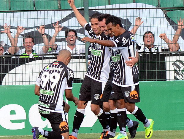 Fernandes comemora gol do Figueirense (Foto: Futura Press)