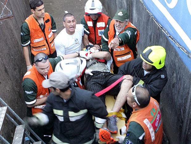 torcedor cai no fosso durante o jogo entre Grêmio e Flamengo (Foto: Ag. Estado)
