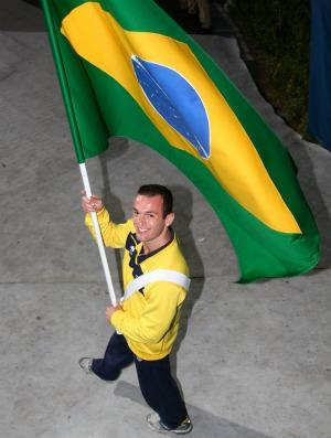 Pan encerramento Diego Hypolito com a bandeira (Foto: Luiz Pires/Vipcomm/Divulgação)