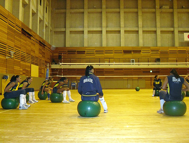 Seleção feminina de vôlei treina com fitball no Japão (Foto: Vicente Condorelli)