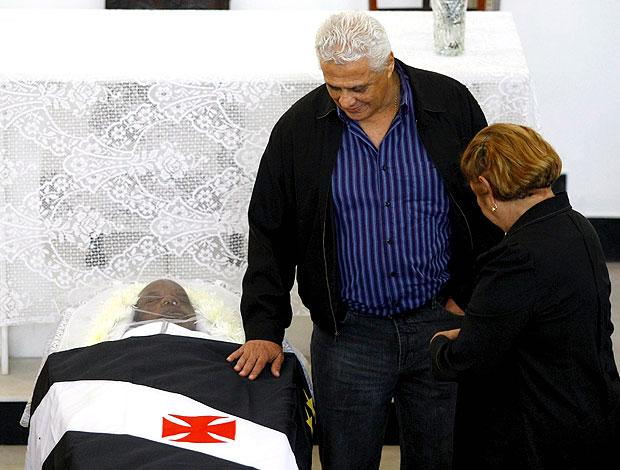 Roberto Dinamite no velório de Pai Santana em São Januário (Foto: Paulo Jacob / Ag. O Globo)