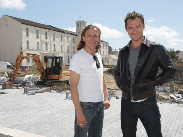Ao lado do diretor Jeremy Gilley,  o ator Jude Law vai marcar presença no festival dos Jogos de 2012 (Foto: Lorcan Doherty/Locog/Divulgação)
