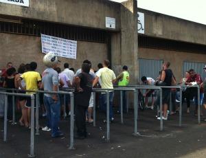 Segundo dia de venda dos ingressos para América e Corinthians em Uberlândia (Foto: Hismênia Keller)