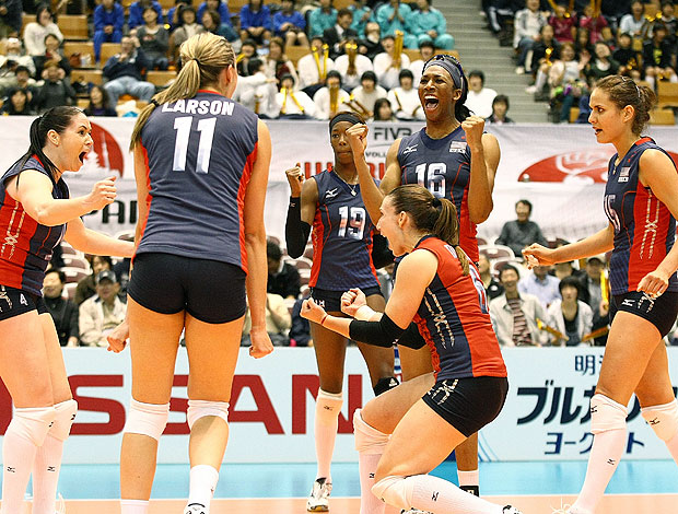 jogadoras do EUA comemoram vitória sobre o Brasil na Copa do Mundo no Japão (Foto: FIVB)