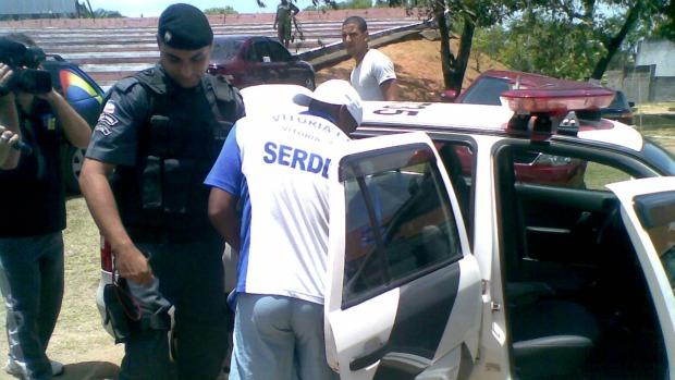 Robson Bahia, do Vitória-ES, entrando no carro da Polícia Militar (Foto: Igor Gonçalves/Globoesporte.com)