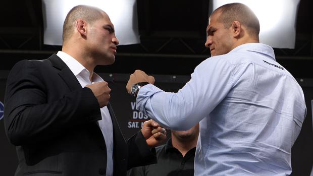 Cain Velásquez e Júnior Cigano se encaram na coletiva do UFC (Foto: Agência Getty Images)