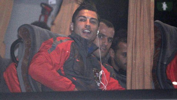 Cristiano Ronaldo no desembarque de Portugal na Bósnia (Foto: EFE)