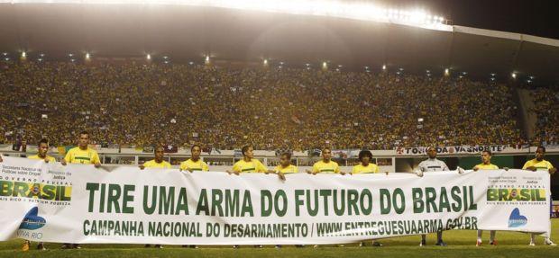 Seleção contra o desarmamento em Belém (Foto: Rafael Ribeiro/CBF)